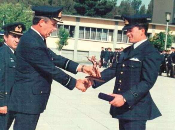 ενώ παραλαμβάνει το Βραβείο Στρατιωτικής Εκπαίδευσης και Αριστείας της Σχολής Ικάρων κατά την αποφοίτησή του, από την συγκεκριμένη Σχολή. Το βραβείο απονέμει ο Διοικητής της Σχολής Ικάρων, Ταξίαρχος (Ι) Κανελλόπουλος