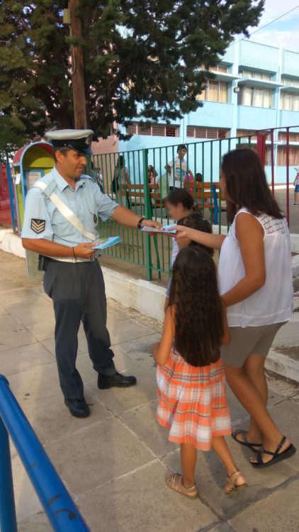 Δυτ. Ελλάδα: Ενημερωτικά φυλλάδια τροχαίας διανεμήθηκαν από αστυνομικούς σε μαθητές και γονείς