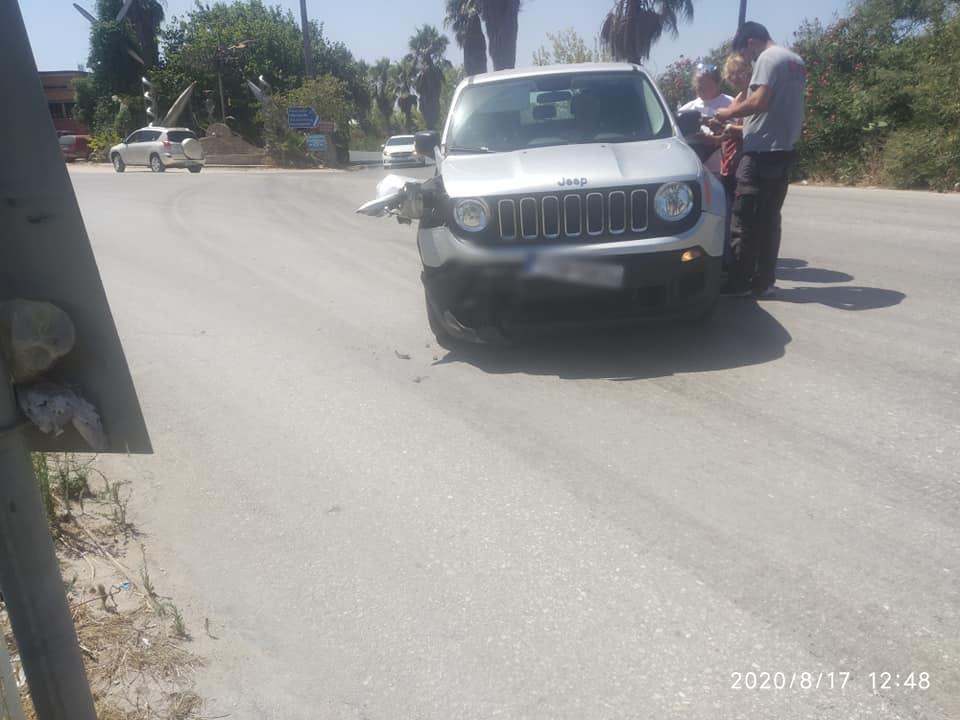Βάρδα: Πλαγιομετωπική σύγκρουση δύο οχημάτων, ευτυχώς μόνο με υλικές ζημιές (photos)