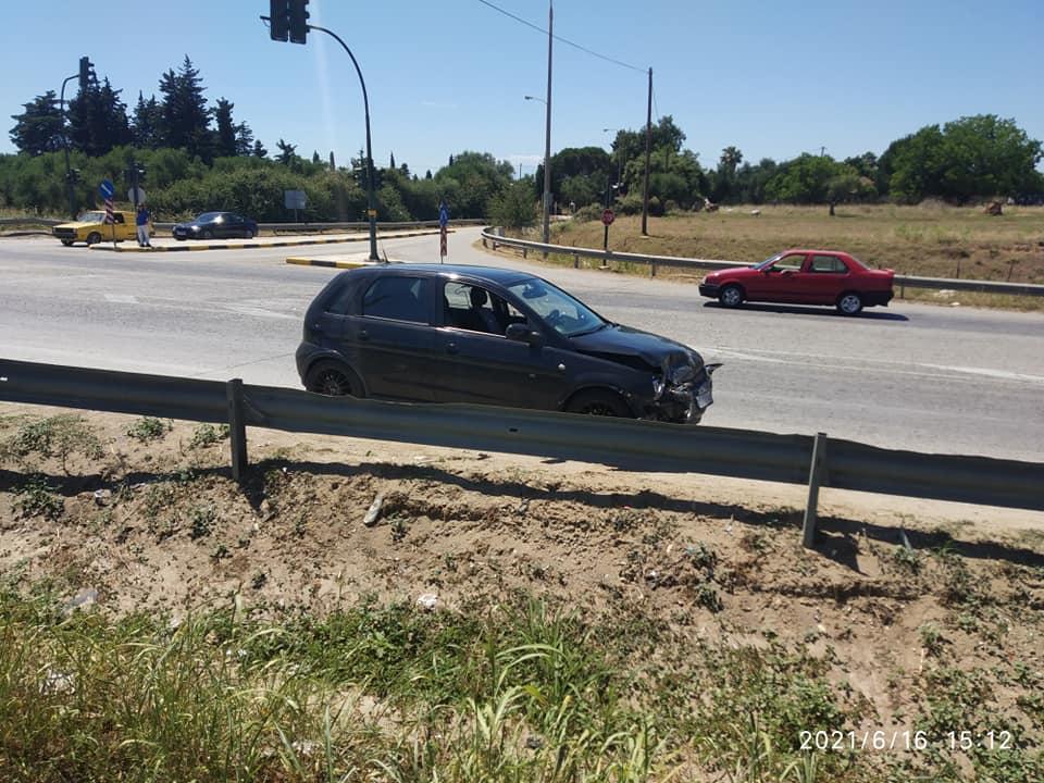 Πλαγιομετωπική σύγκρουση 2 ΙΧ στη διασταύρωση της Βάρδας στην ΕΟ Πατρών- Πύργου- Ελαφρά τραυματίας η μια οδηγός (photos)